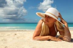 Blondes Mädchen auf dem Strand Lizenzfreie Stockfotografie