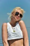 Blondes Mädchen auf dem Strand Stockbilder
