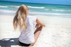Blondes Mädchen auf dem Strand, entspannend Stockfotografie
