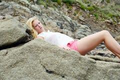 Blondes Mädchen auf dem Strand in Spanien Stockfoto