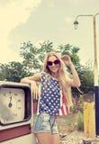 Blondes Mädchen auf geschädigter Tankstelle Lizenzfreie Stockbilder