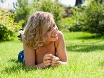 Blondes Mädchen auf grünem Feld stockfotos