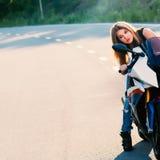 Blondes Mädchen auf modernem Motorrad Lizenzfreie Stockfotografie