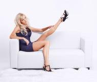 Blondes Mädchen auf Sofa Stockfotografie