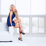 Blondes Mädchen auf Sofa Lizenzfreies Stockfoto