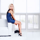 Blondes Mädchen auf Sofa Lizenzfreie Stockbilder