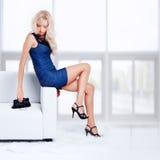 Blondes Mädchen auf Sofa Lizenzfreies Stockbild