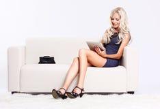Blondes Mädchen auf Sofa Stockbild