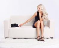 Blondes Mädchen auf Sofa Lizenzfreie Stockfotografie