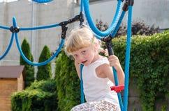 Blondes Mädchen auf Spielplatz Stockfotografie