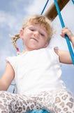 Blondes Mädchen auf Spielplatz Lizenzfreie Stockfotografie