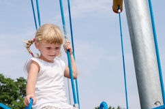 Blondes Mädchen auf Spielplatz Lizenzfreie Stockfotos
