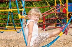Blondes Mädchen auf Spielplatz Lizenzfreie Stockbilder