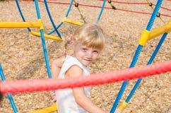 Blondes Mädchen auf Spielplatz Stockbild