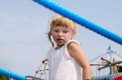 Blondes Mädchen auf Spielplatz Stockfotos