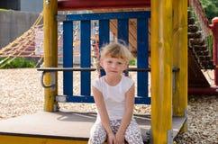 Blondes Mädchen auf Spielplatz Stockfoto