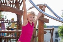 Blondes Mädchen auf Spielplatz Lizenzfreies Stockbild