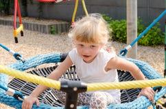 Blondes Mädchen auf Spielplatz Lizenzfreies Stockfoto