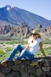 Blondes Mädchen auf Steinwand Stockfotos
