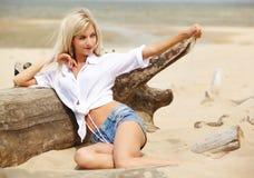 Blondes Mädchen auf Strand Lizenzfreie Stockbilder