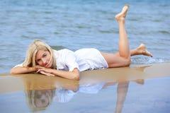 Blondes Mädchen auf Strand Stockbilder
