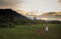blondes Mädchen auf Vietnamesisch kleiden Hocken auf Rasenfläche Lizenzfreie Stockfotografie