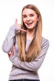 Blondes Mädchen auf weißem Hintergrund Rufen Sie mich Geste an Stockfotografie