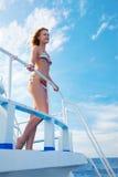 Blondes Mädchen auf Yacht Stockbilder
