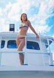 Blondes Mädchen auf Yacht Stockbild