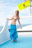 Blondes Mädchen auf Yacht Stockfotos