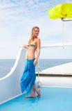 Blondes Mädchen auf Yacht Lizenzfreie Stockfotos