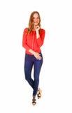 Blondes Mädchen bei der Jeans-Stellung Lizenzfreie Stockbilder