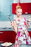 Blondes Mädchen betriebsbereit zum Kochen Lizenzfreies Stockfoto