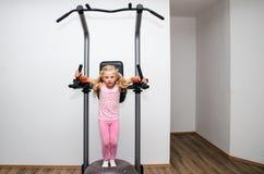 Blondes Mädchen, das Übung in der Turnhalle tut Lizenzfreies Stockfoto