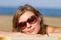 Blondes Mädchen, das auf dem Strand schläft Lizenzfreie Stockfotografie