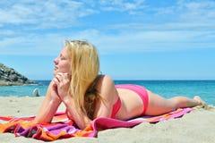 Blondes Mädchen, das auf dem Strand in Spanien aufwirft Lizenzfreie Stockbilder