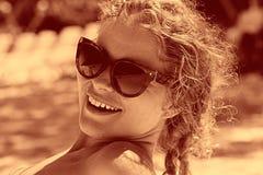 Blondes Mädchen, das auf Strand ein Sonnenbad nimmt Lizenzfreies Stockbild