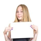 Blondes Mädchen, das Blatt Papier hält Lizenzfreie Stockbilder