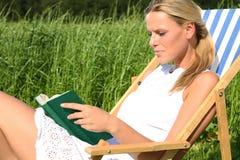 Blondes Mädchen, das ein Buch liest Lizenzfreie Stockfotos
