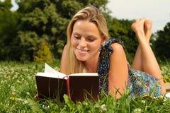 Blondes Mädchen, das ein Buch liest Lizenzfreie Stockfotografie