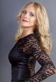 Blondes Mädchen, das ein Kleid trägt Stockfotos