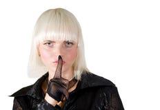 Blondes Mädchen, das ein Ruhezeichen bildet Lizenzfreies Stockbild