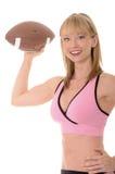 Blondes Mädchen, das einen Fußball wirft Lizenzfreies Stockfoto