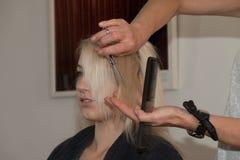 Blondes Mädchen, das einen Haarschnitt erhält Lizenzfreies Stockfoto