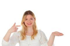 Blondes Mädchen, das etwas mit dem Finger zeigt Lizenzfreie Stockbilder