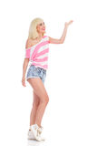 Blondes Mädchen, das etwas zeigt Lizenzfreie Stockfotos