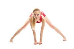 Blondes Mädchen, das gymnastische Übungen tut Lizenzfreies Stockbild