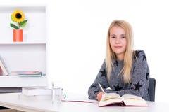 Blondes Mädchen, das Hausarbeit tut Stockbild