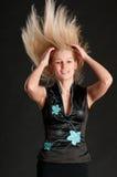 Blondes Mädchen, das ihr Haar schwingt Stockbilder