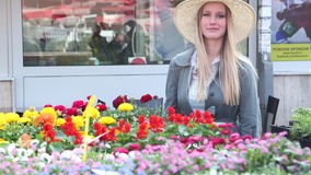 Blondes Mädchen, das im Markt, lächelnd steht stock video